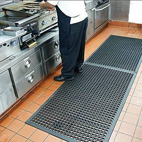 Jenis Lantai Ubin Dengan Karpet Karet di Dapur