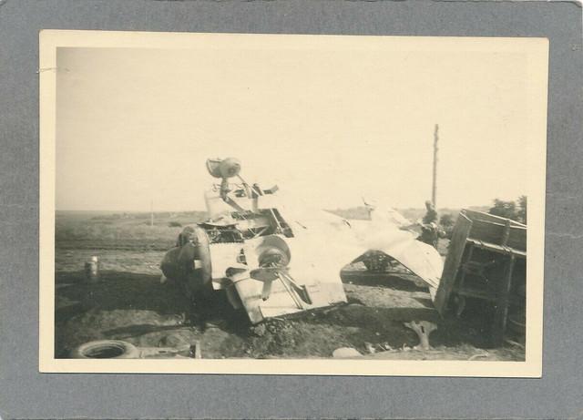 Foto-WK-II-Wehrmacht-abgeschoissenes-russ-Flugzeug-auf