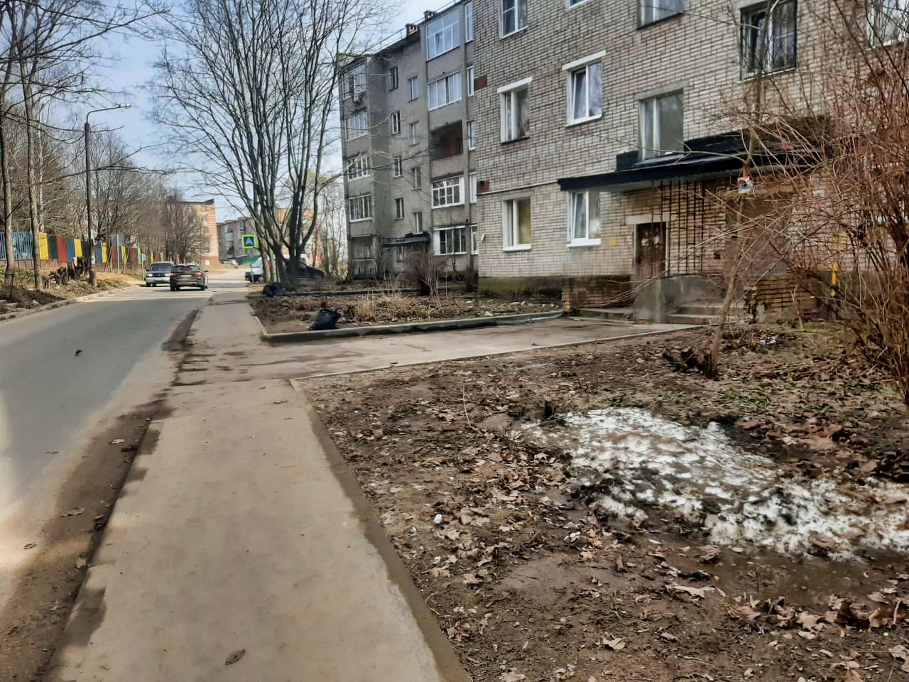 Убираем дворовые территории после зимы