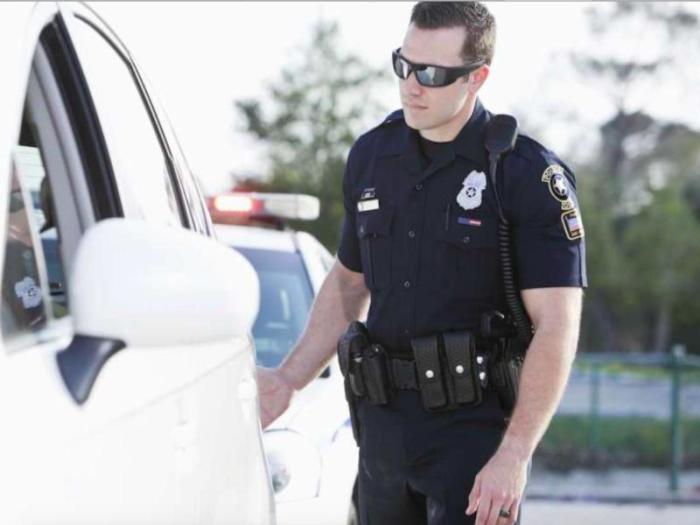 Зачем американские полицейские касаются задней фары остановленного авто