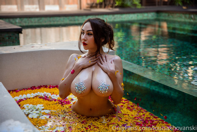 louisakhovanski-18-02-2020-22607898-Does-it-look-like-a-good-swimsuite