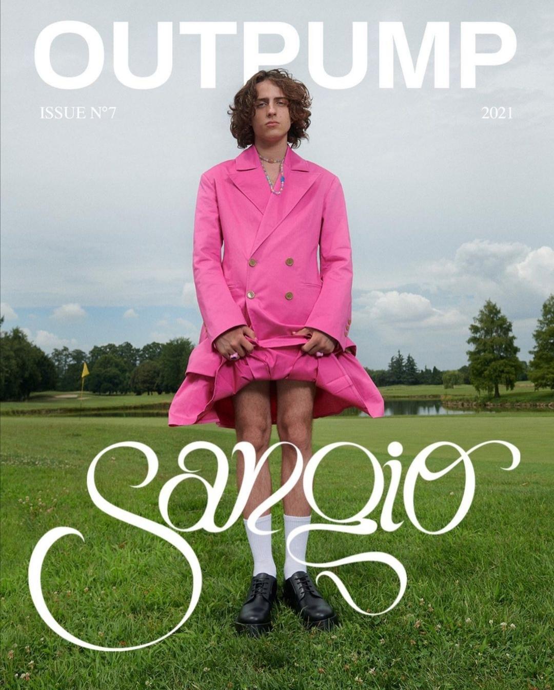 Sangiovanni con un completo rosa per la copertina di Outpump