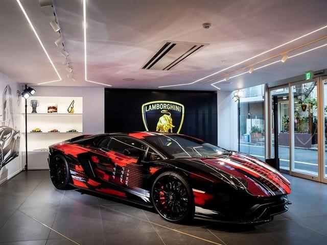 Automobili Lamborghini et Yohji Yamamoto célèbrent l'inauguration du Lamborghini Lounge Tokyo et du Studio Ad Personam 571411-v2