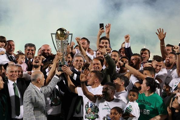 Spor-Toto-1-Lig-de-2018-2019-sezonunu-zirvede-tamamlayarak-ampiyonlua-ulaan-Denizlispor-iin-kutlama-