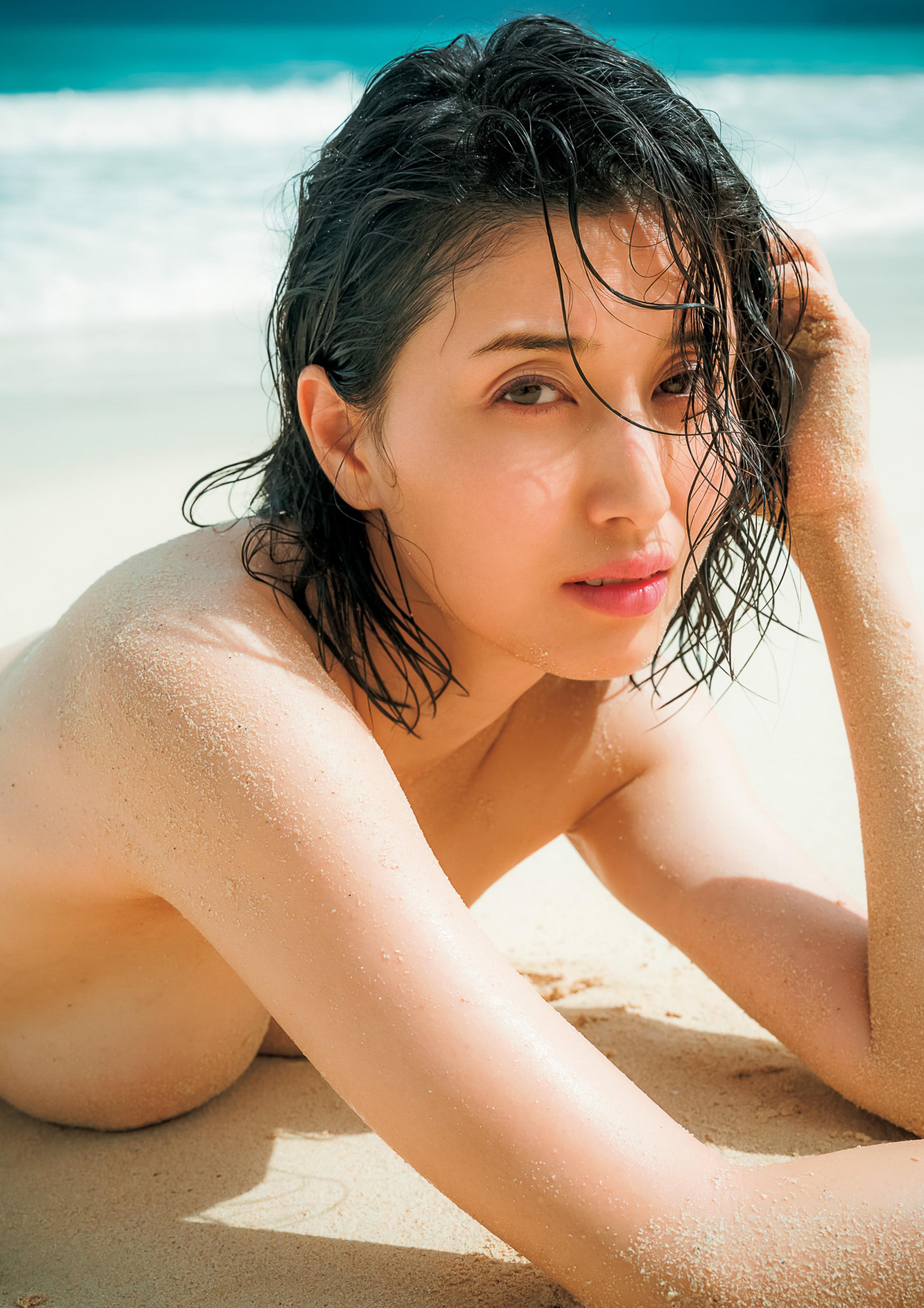 Hashimoto-Manami-db-hugging-in-Hawaii-081