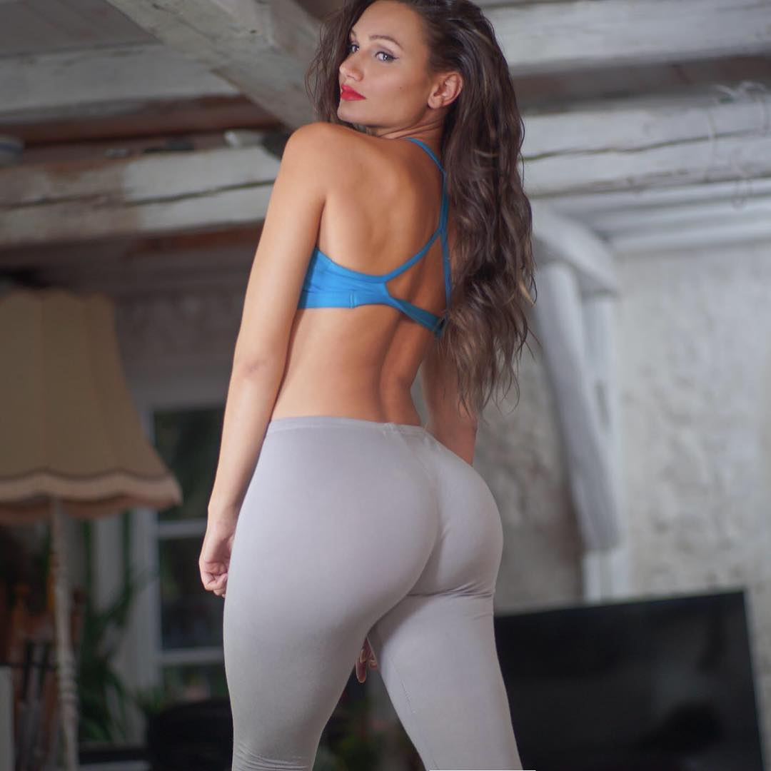 Carinnha-White-Wallpapers-Insta-Fit-Bio-3