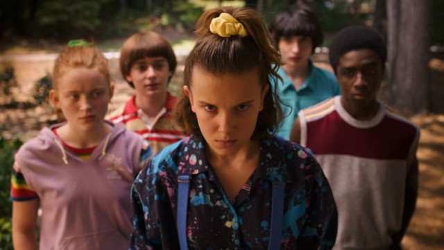 netflix-stranger-things-3-max-sadie-sink-eleven-millie-bobby-brown-yellow-scrunchie