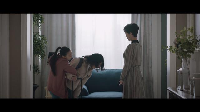 Kang Yeh Bin dan Han Suh Jin menyambut kedatangan Kim Hye Na.