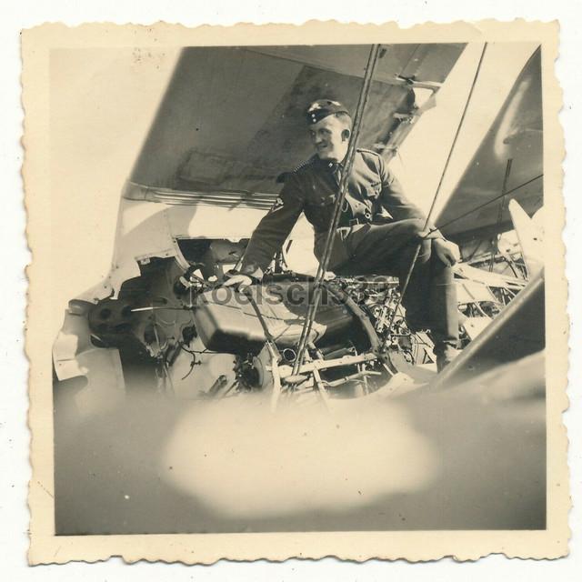 Foto-Kraftfahrer-der-Wehrmacht-auf-einem-russischen-Polikarpov