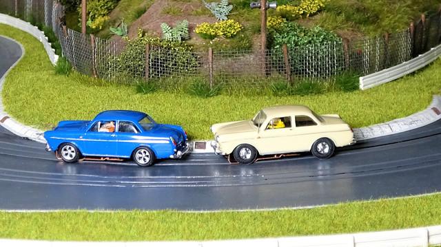 Beide Fahrzeuge wurden von mir erstellt. Chassis ist ein T-Dash. Der Blaue wurde extrem tiefer gelegt, dafür wurden die Kotflügel in einem Heißwasserbad etwas geweitet.