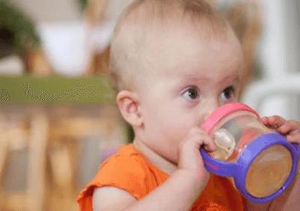 Ребенок пьёт из бутылочки