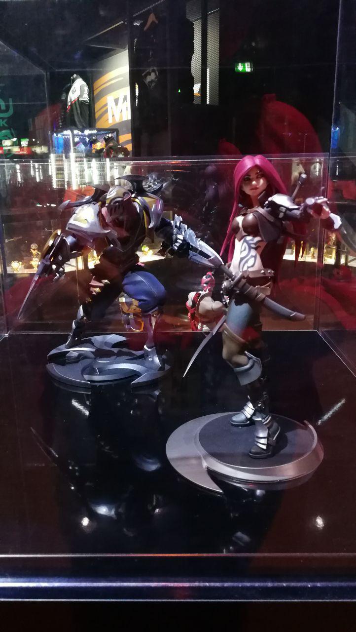 Figuras de Katarina y Zed con la tienda de fondo