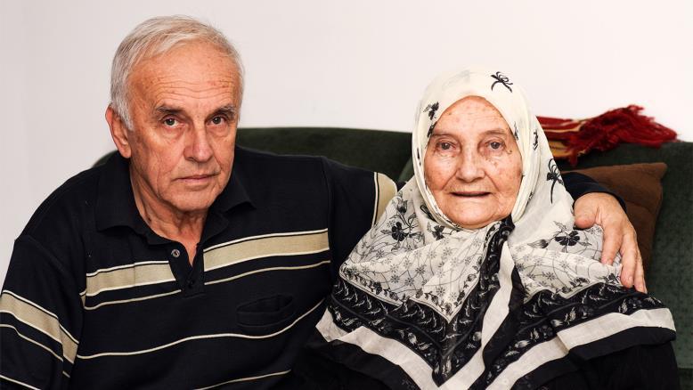 بايرو كولار صاحب المنزل مع أمه شيدا التي كانت تقدم الطعام والماء للعاملين