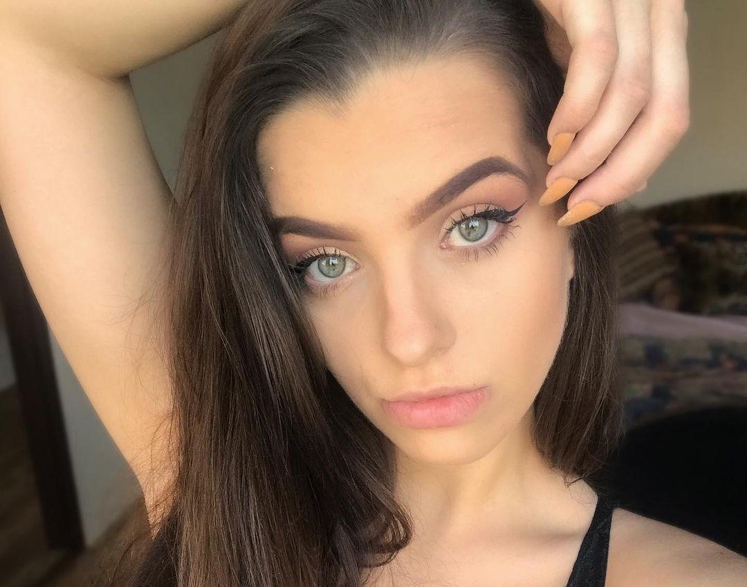 Laurencikova-Laura-Wallpapers-Insta-Fit-Bio-Laura-Laurencikova-Wallpapers-Insta-Fit-Bio-19