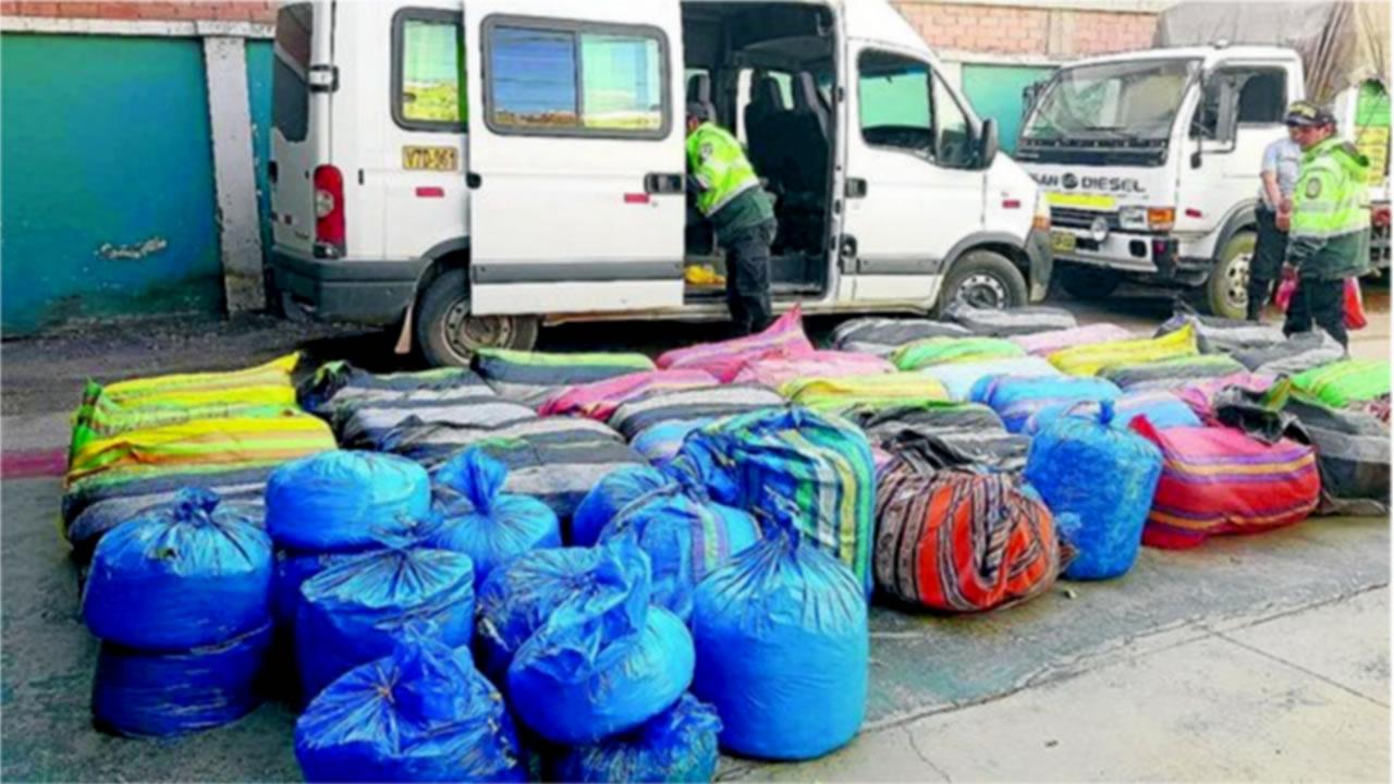 Incautan 927 kilos de hoja de coca en vehículo de servicio público