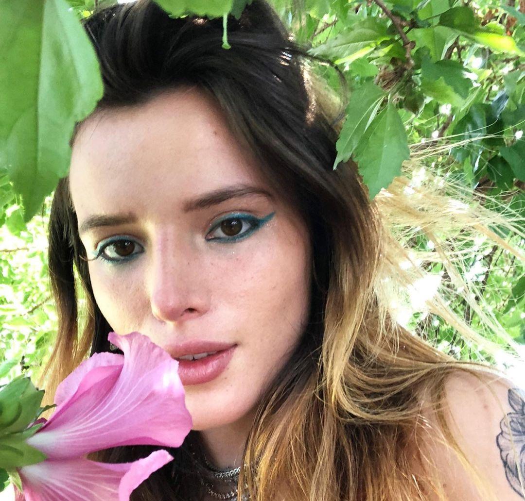 Bella-Thorne-Wallpapers-Insta-Fit-Bio-11