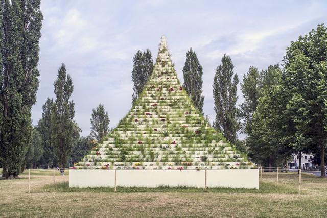 Agnes Denes geb 1938 Budapest The Living Pyramid 2015 2017 Blumen Grser Erde Holz Farbe9 9 9 m In Au