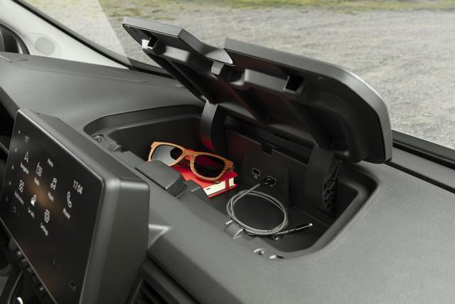 Le Nissan NV300 Combi Fait Peau Neuve New-NV300-Combi-Storage-1-source