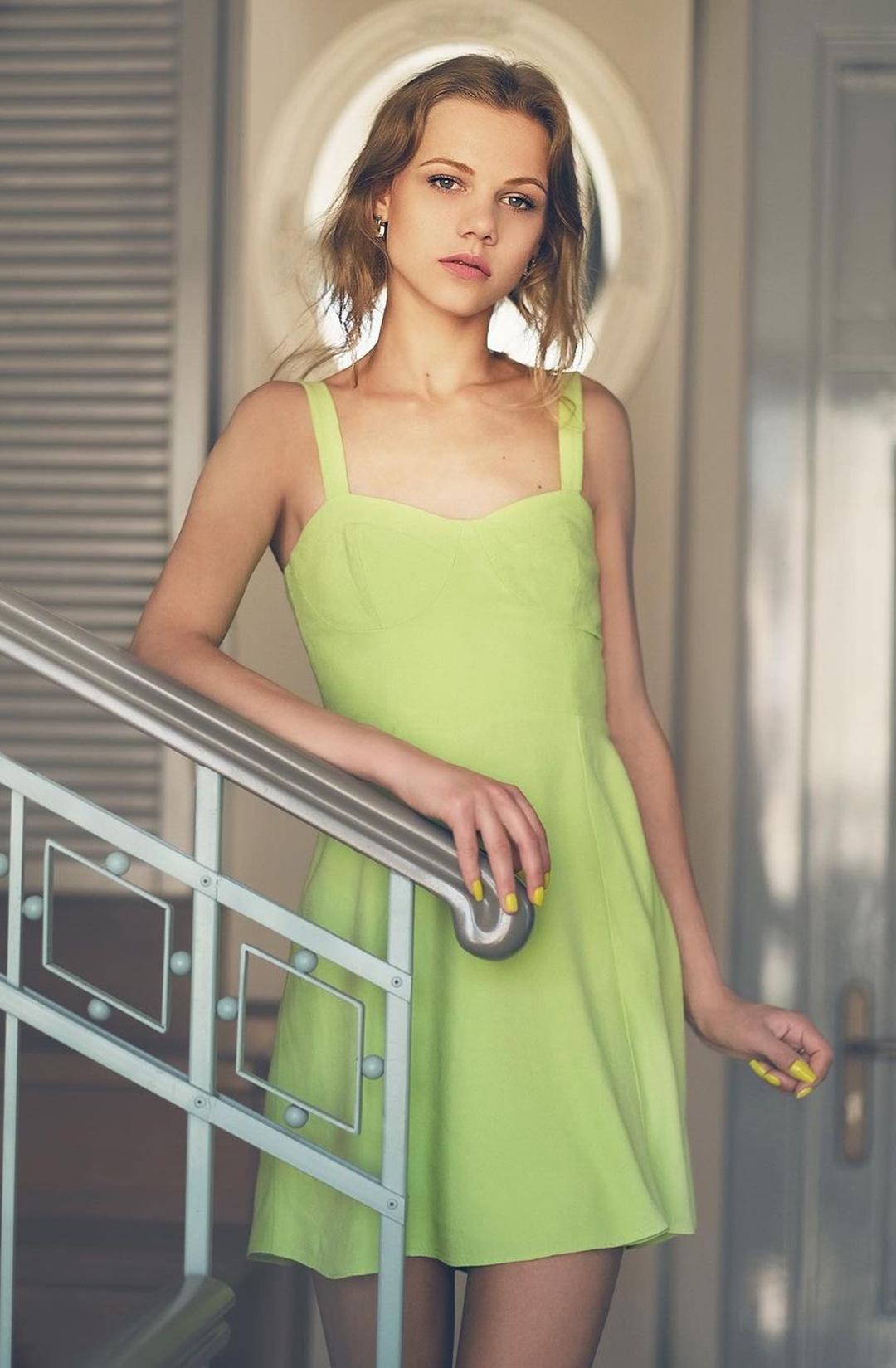 Mariana-Kmet-Wallpapers-Insta-Fit-Bio-3
