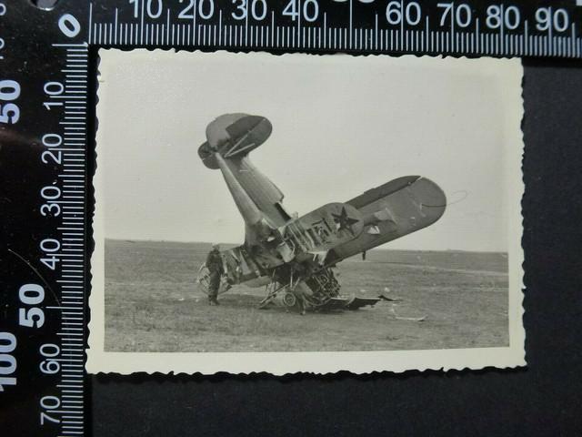 Foto-2-WK-Kamerad-vor-abgeschossenem-Russen-Flugzeug