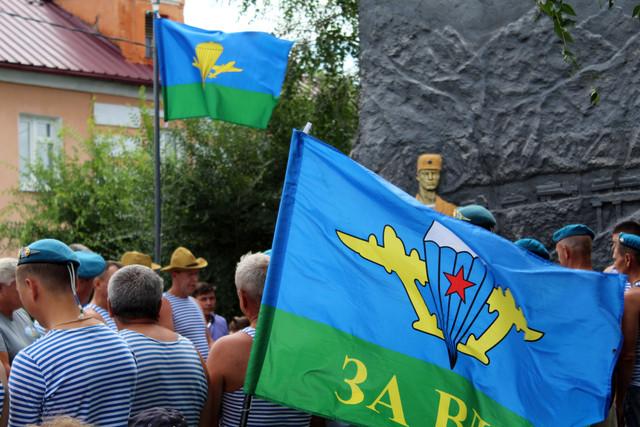 Гордо поднято вверх ваше знамя...
