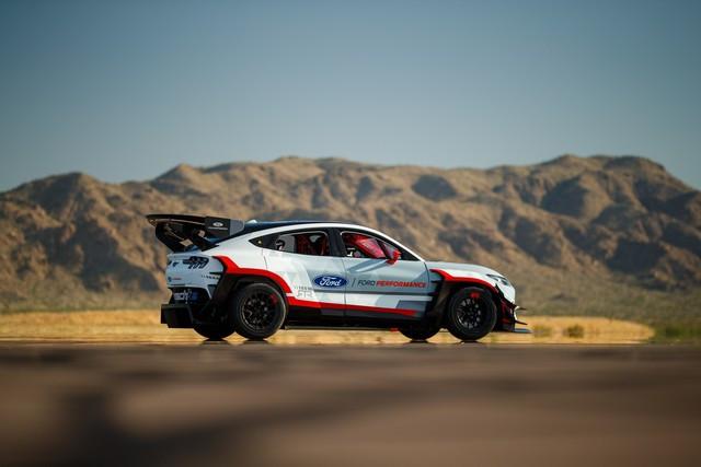Ford Performance et RTR dévoilent un prototype 100% électrique, la Mustang Mach-E 1400, pour un nouvel art du drift Mach-E-1400-APG-selects-39