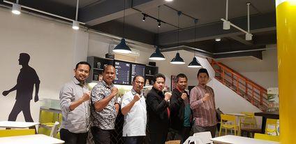 Foto 7 insan milyader di cafe