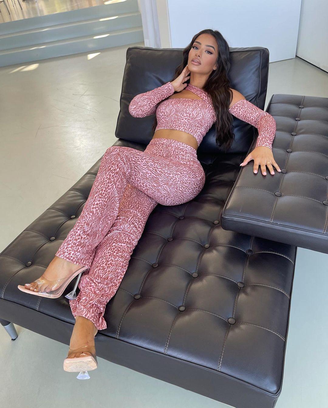 Sabrina-Khouiel-Wallpapers-Insta-Fit-Bio-3