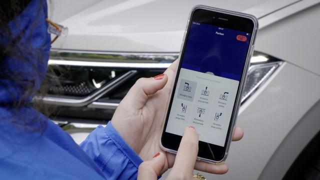 Fusion de la voiture et du smartphone : le Touareg se gare dorénavant par commande à distance DB2020-AU01844large