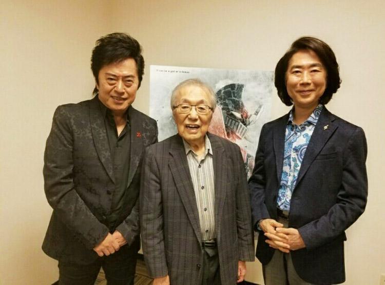 padre-e-hijo-junto-a-Ichiro-Mizuki.jpg
