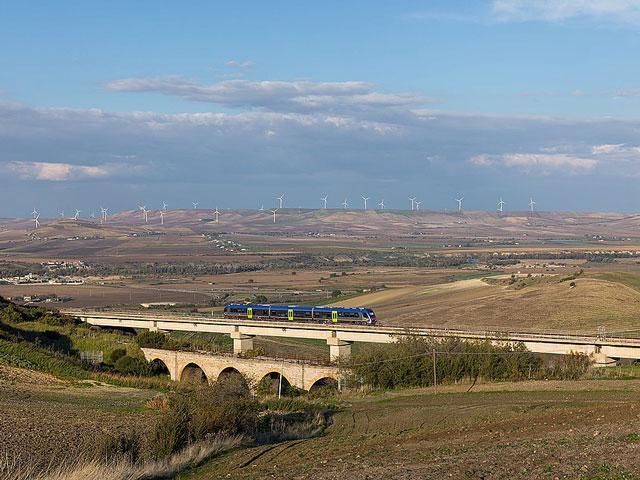 1024px-Melfi-ferrovia-Rocchetta-Sant-Antonio-Gioia-del-Colle-ATR-220