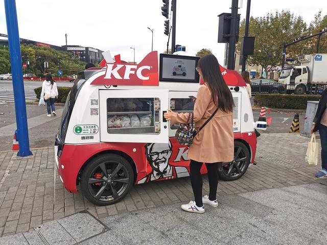 肯德基推出了販售KFC的無人車,使用的是掃描QR碼付款後,門就會打開的機制來進行交易。 Image
