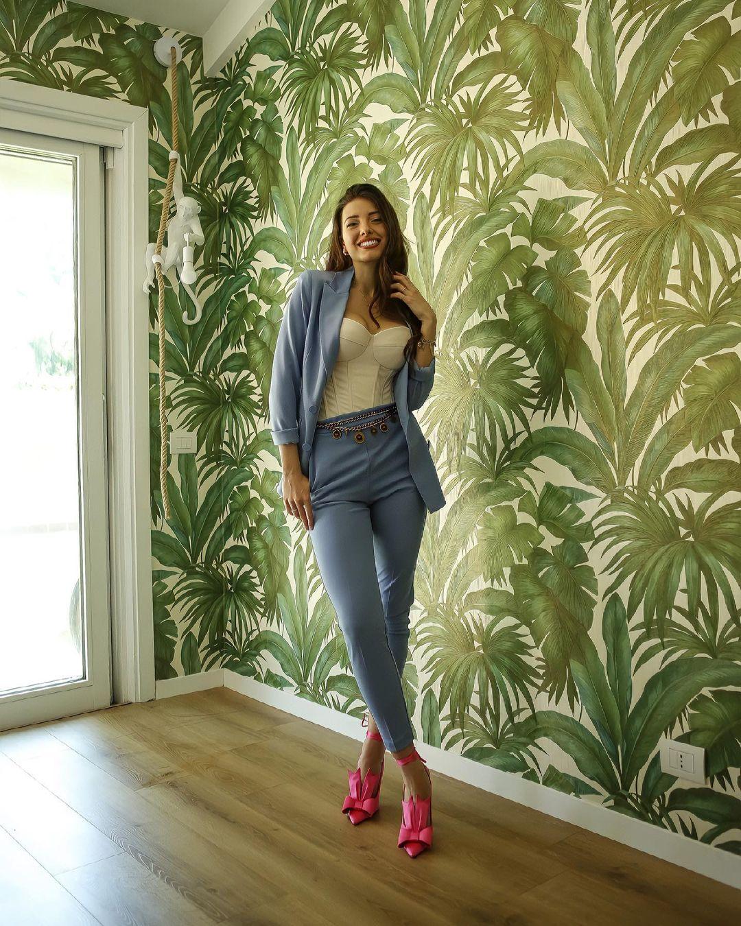 Clarissa-Marchese-Wallpapers-Insta-Fit-Bio-11