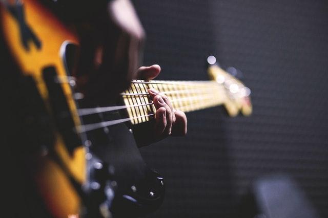 https://i.ibb.co/dpPbLdD/guitar.jpg