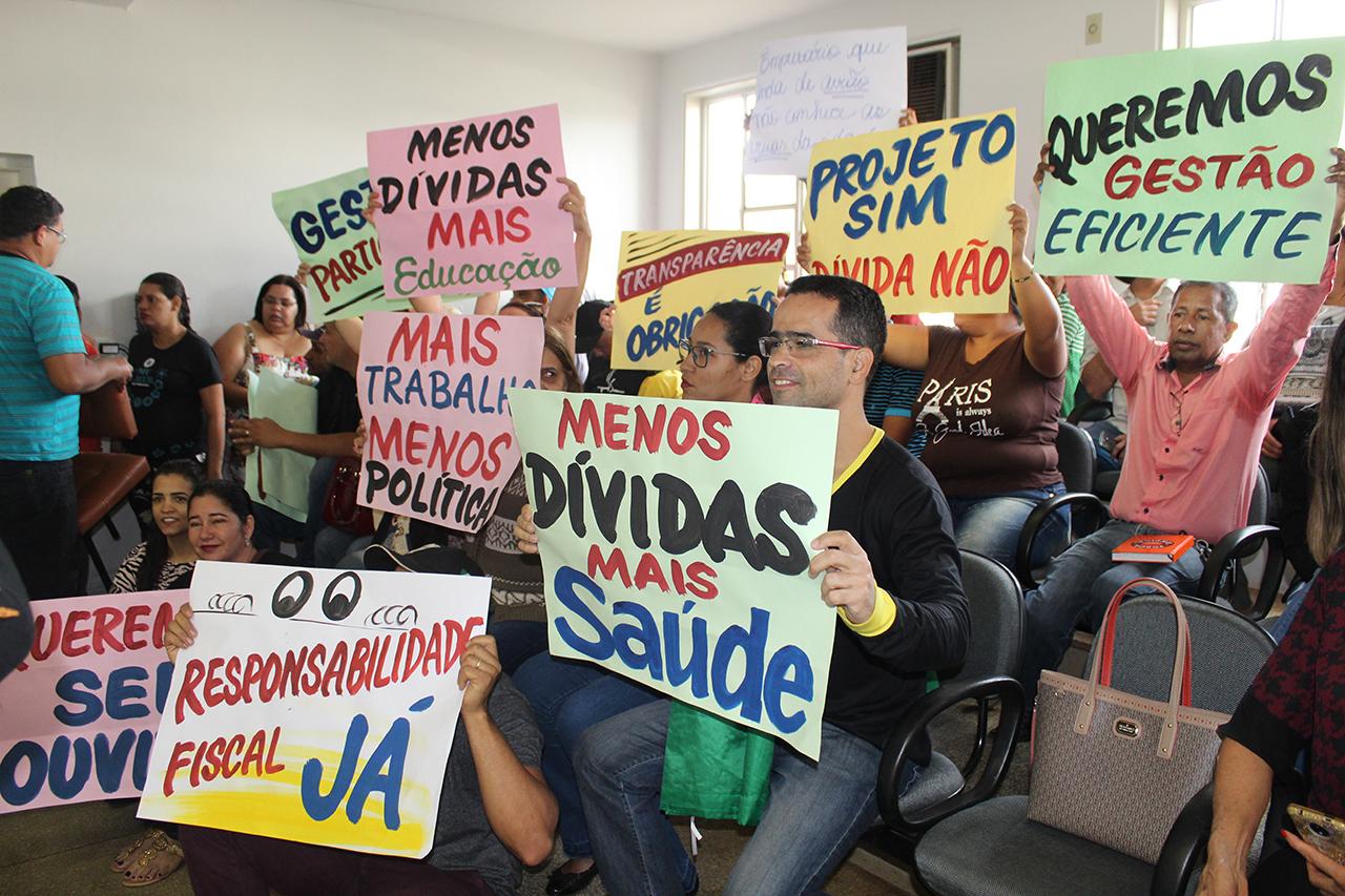 Manifestantes contrários aos projetos