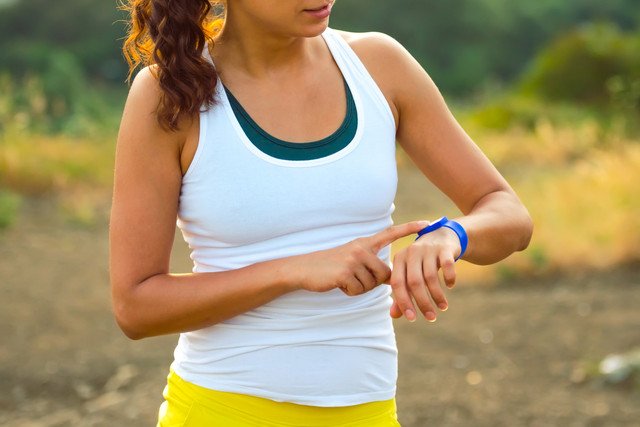 Woman-using-activity-tracker-Outdoor-fitness-concept