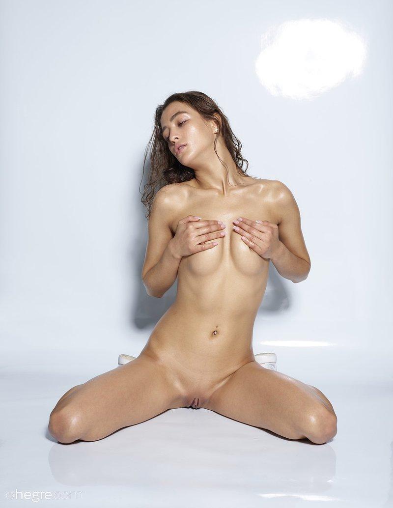 seductive-vixen-sashenka-poses-naked-wearing-just-her-running-sneakers-14-w800