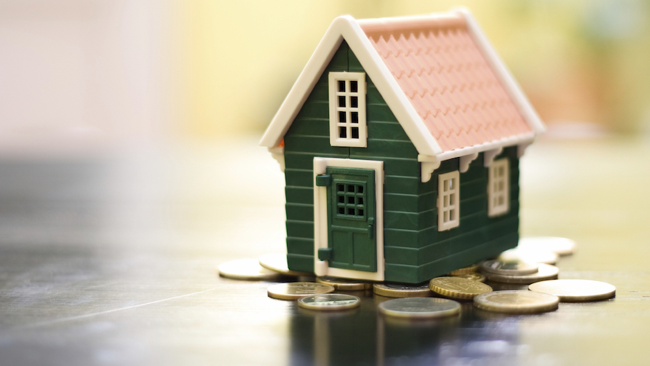 Miniature-green-house-on-coins-base