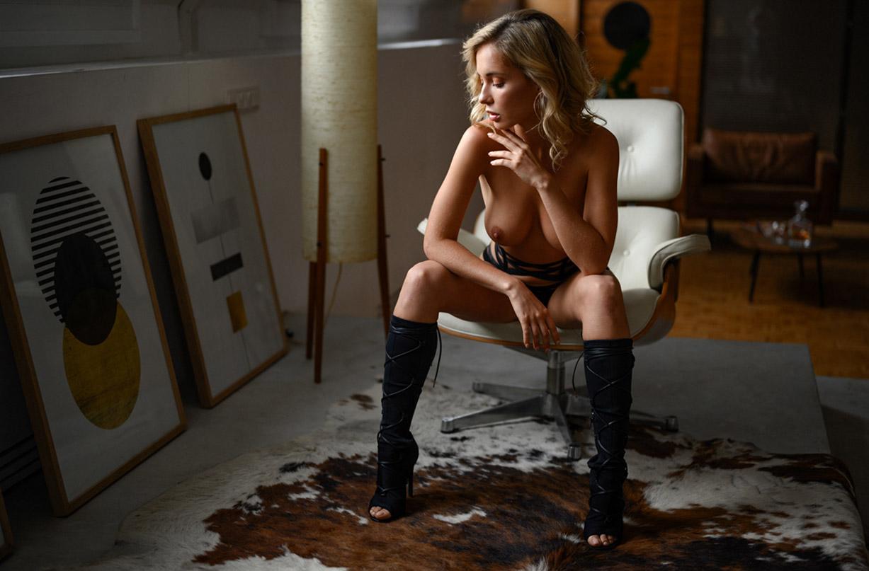 Сексуальная Наталья Андреева голая позирует в немецком Penthouse Loft Studio / фото 01
