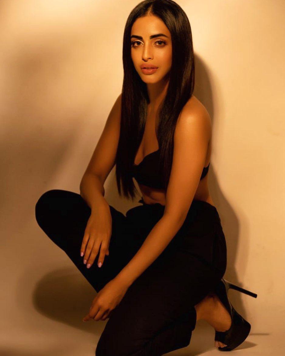 Priya-Banerjee-Wallpapers-Insta-Fit-Bio-3