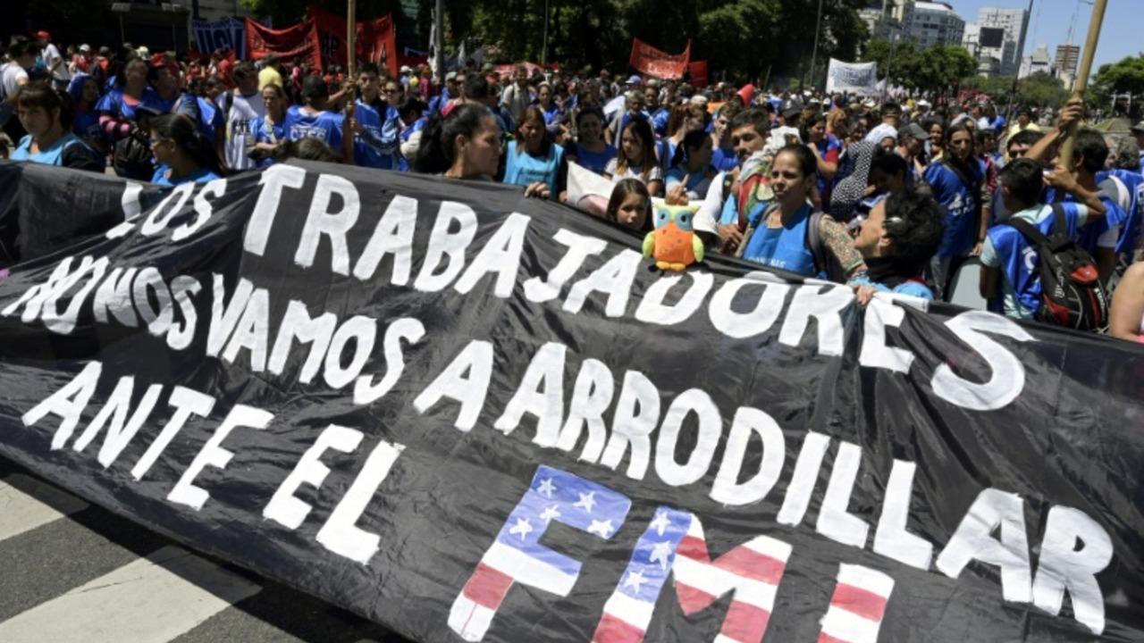 Sindicatos marchan y reclaman cambio de rumbo económico en Argentina