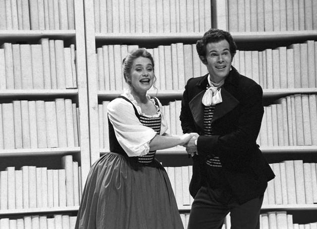 E-Alison-Hagley-and-Gerald-Finley-in-Le-nozze-di-Figaro-at-Glyndebourne-Festival-1994