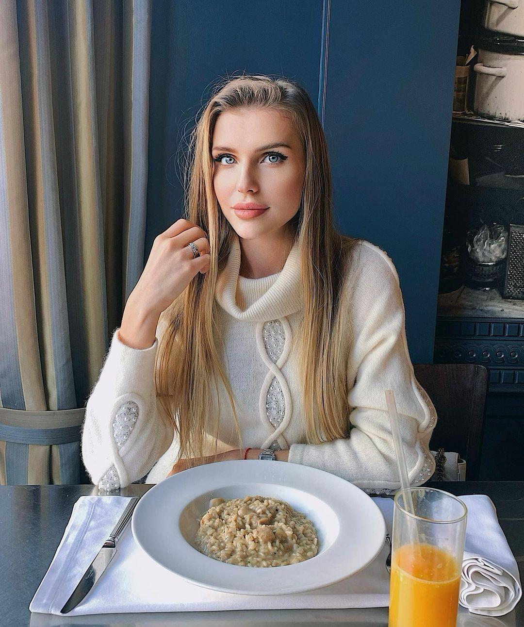 Yuliana-Sholomitskaya-Wallpapers-Insta-Fit-Bio-8