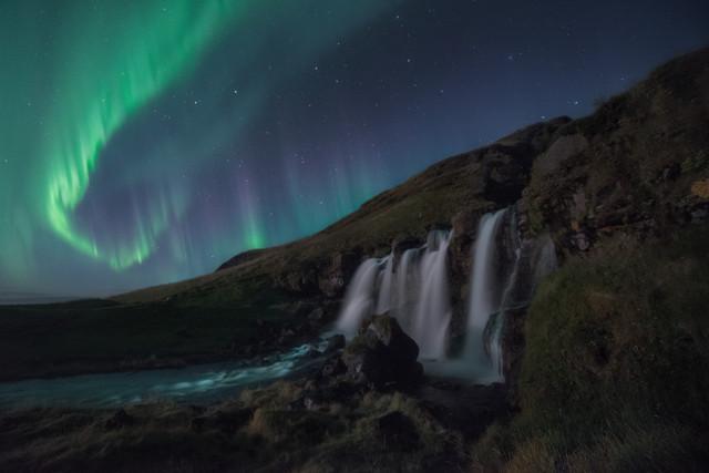 Iceland-Cascada-lateral-Aurora