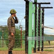 A-soldier-uses-the-phone-in-Guantanamo-Cuba-10-January-2002-Un-oficial-cubano-habla-por-telefono-el-