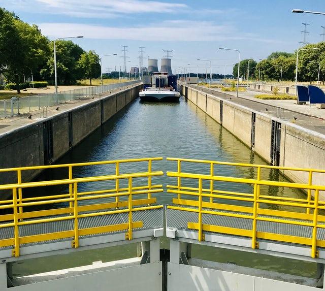 sluis-heel-containerschip-in-sluis-tcm26-305498