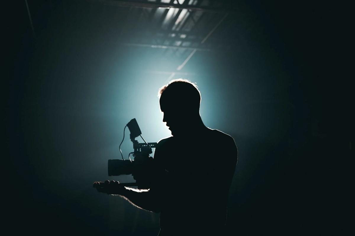 silhouette-d-homme-debout-devant-le-microphone