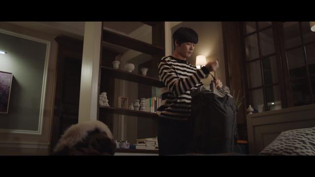 Park Young Jae berkemas menyiapkan barangnya.
