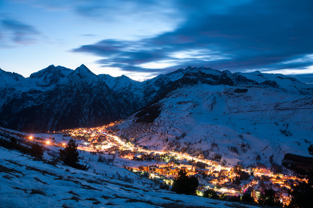Panoramic-view-over-the-French-ski-resort-les-deux-alpes-at-Night