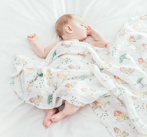 Ребенок укрыт муслиновой пеленкой